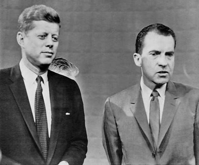 1960年美國舉辦史上第一次總統候選人電視辯論,甘迺迪靠著迷人外表贏過副總統尼克森。(圖/維基百科公有領域)