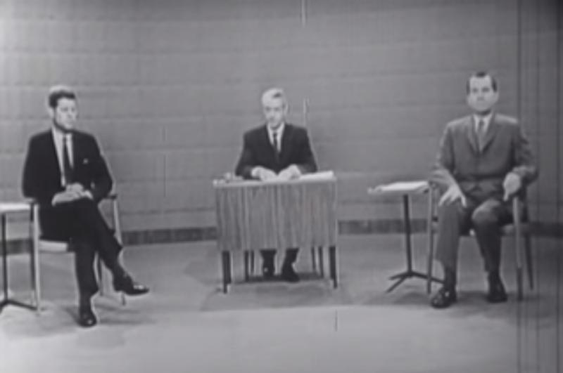1960年美國舉辦史上第一次總統候選人電視辯論,甘迺迪靠著迷人外表贏過副總統尼克森。(圖/截自youtube)