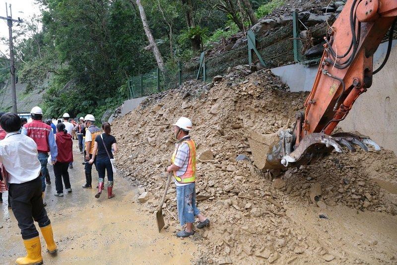 新北市長朱立倫在梅姬颱風過後,到烏來山區勘災。(顏麟宇攝)