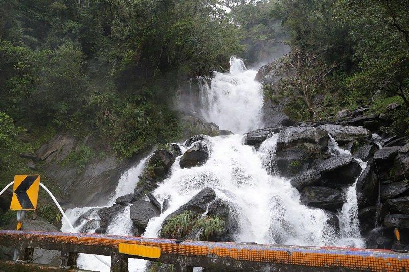 梅姬颱風過後,烏來山區水勢驚人。(顏麟宇攝)