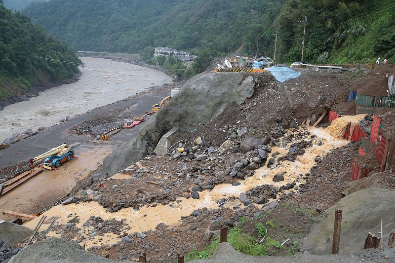 梅姬颱風過後,新北市長朱立倫視察烏來北107道。(顏麟宇攝)