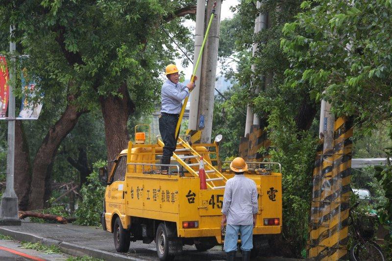 20160928-梅姬颱風過境,新北市汐止區28日早上經颱風一天肆虐後,台電人員緊急搶修電力設備。(顏麟宇攝)