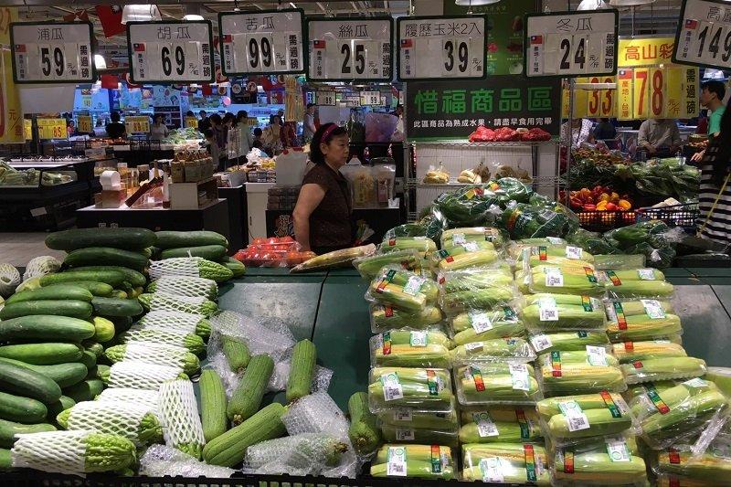 梅姬颱風過後,人潮擠進賣場,但菜價漲問津者少。(王彥喬攝)