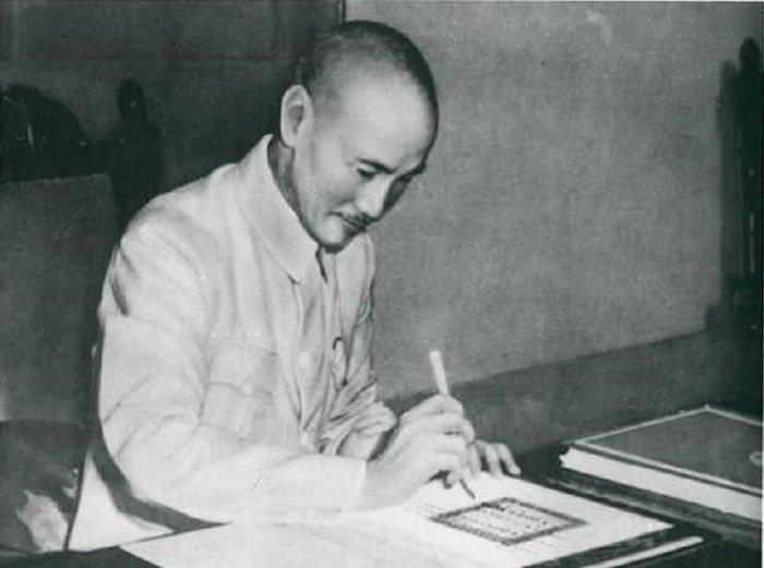 1945年8月24日,中國國民政府主席蔣中正委員長於重慶簽署《聯合國憲章》批准書;26年後,中華民國黯然退出聯合國。(維基百科)