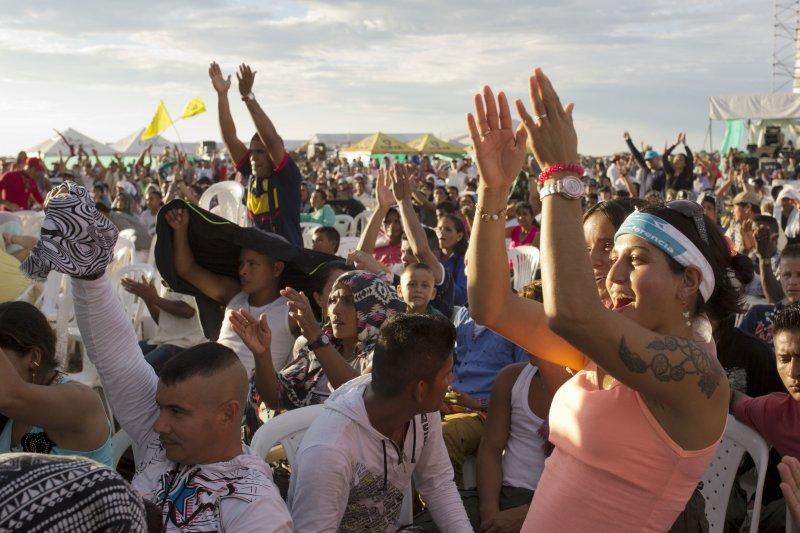 哥倫比亞南部城市亞里普蘭斯(Yari Plains)的民眾慶賀FARC與哥國政府正式簽署停火協議。(美聯社)