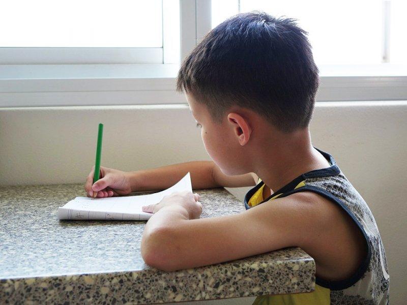 因為學校派的作業份量過多,西班牙一群家長發起「罷交功課運動」。(圖/Pixabay)