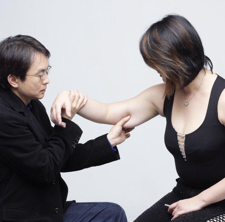 知名整形外科醫師張炯銘(左)痛斥,衛福部這麼做,國內醫美整形行業將是死路一條。(張炯銘提供)