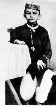 甘地7歲時的照片。(wikipedia/public domain)