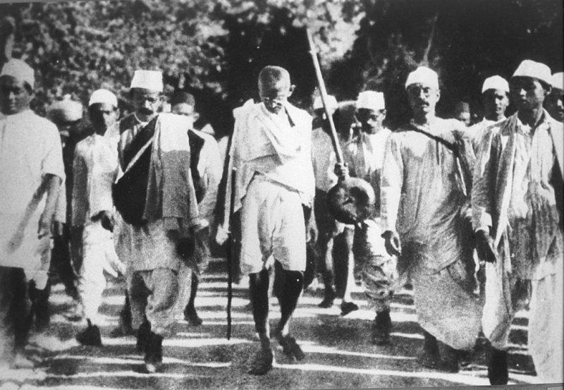 甘地帶領「食鹽進軍」運動。(wikipedia/public domain)