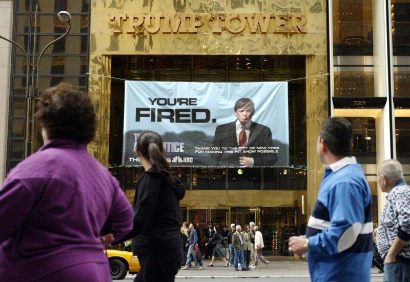 2004年懸掛在川普大樓外的川普實境秀節目宣傳橫條。上頭除了有川普的相片,還有他那句著名的「你被開除了!(You're FIRED)」(美聯社)