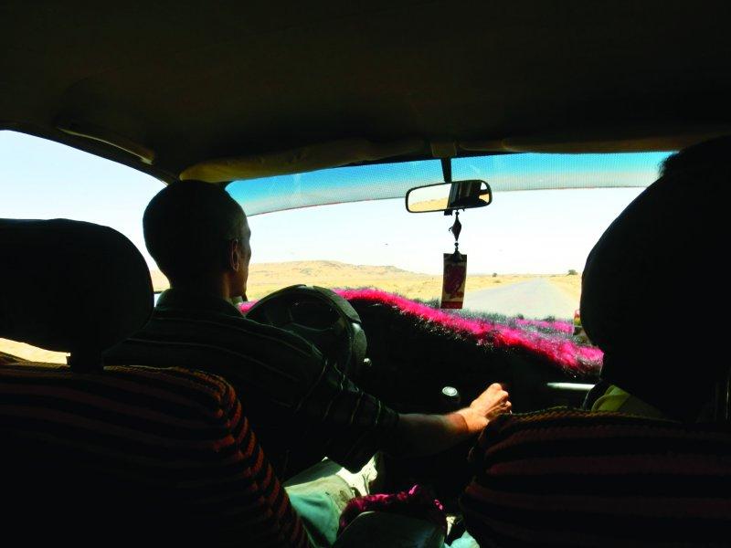 沙漠居民阿布都的樂天性格,給了台灣女孩謎卡很大的衝擊。(圖/凱特文化)