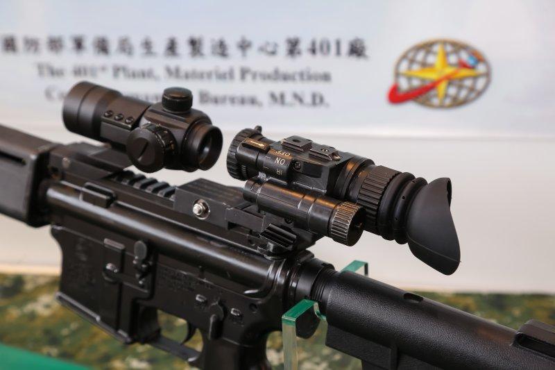 20161004-國防部軍備局4日下午於202廠展示「國軍單兵個人戰鬥裝備」,圖為國軍地面部隊戰鬥個裝「TS96單眼單筒夜視鏡」。(顏麟宇攝)