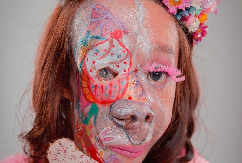 在彩妝師的彩繪下,她臉上的特殊記號成了藝術品。(圖/翁志豪攝 ,大塊文化提供)