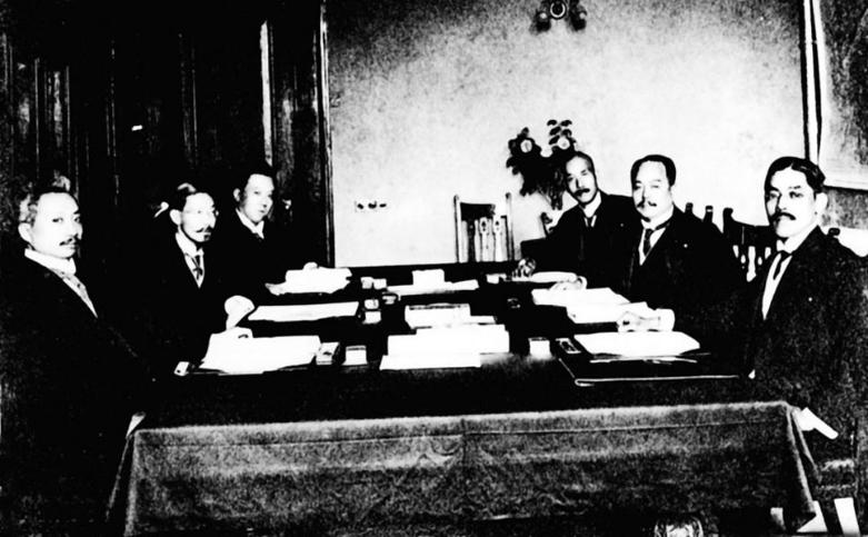 """圖為1915年5月25日,""""二十一條""""簽字時中日代表合影。左起:(中方)外交次長曹汝霖、外交總長陸征祥、秘書施履本;(日方)參贊小幡西吉、駐華公使日置益、書記官參贊高尾。"""