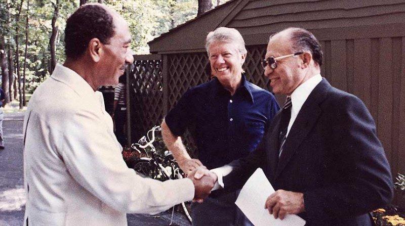 1981年,埃及總統沙達特因為和以色列簽署大衛營協定遭到暗殺。(圖/維基百科公有領域)