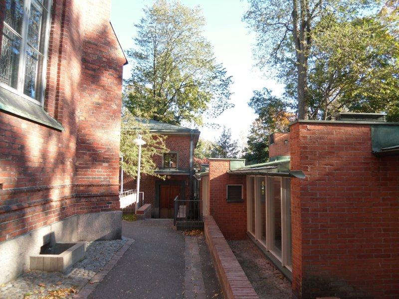 芬蘭建築師列文斯卡赫爾辛基德國教堂增建案(左為舊教堂右為增建之文化中心。(馬萱人提供)