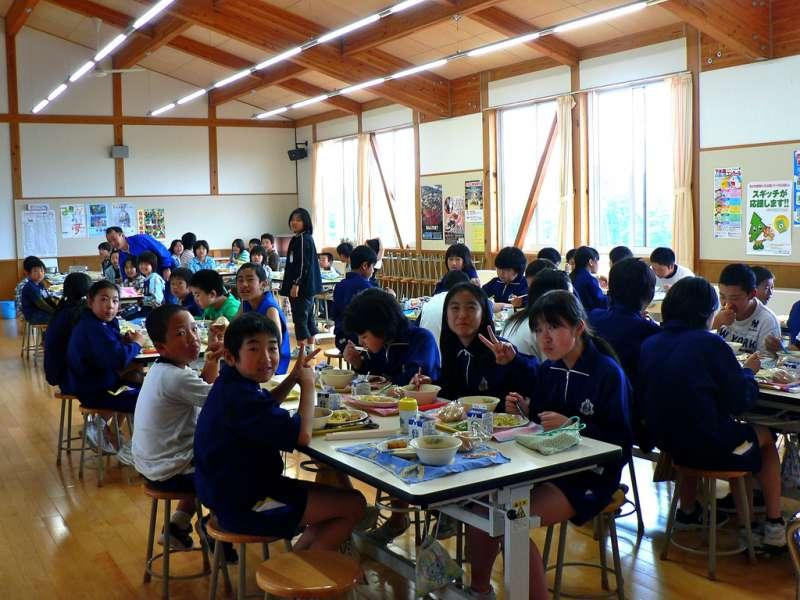 日本的營養午餐通常是一整班、一整個年級、甚至是全校連同老師們大家一起吃。(圖/Chris Lewis@Flickr)