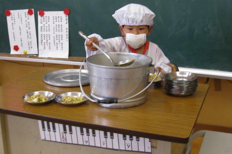 日本的營養午餐通常是由負責的小朋友幫大家打飯。(圖取自wikimedia)