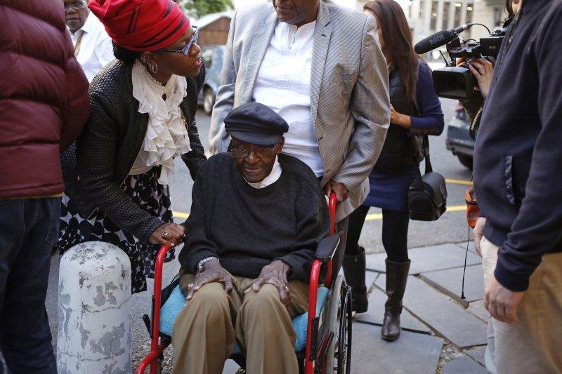 屠圖大主教多年病痛纏身,需以輪椅代步,7日投書表達支持安樂死。(美聯社)