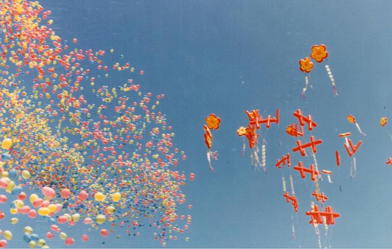 五顏六色的氣球與雙十、梅花和V字造型汽球。(作者提供)