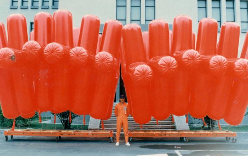 比正常人身材還龐大許多的造型汽球。(作者提供)
