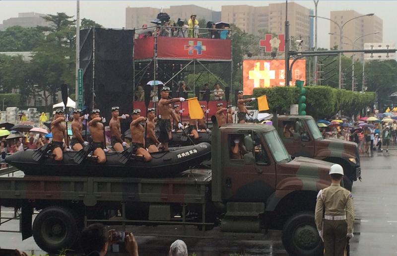 風雨中國慶慶典預演的救災英雄們。(作者提供)