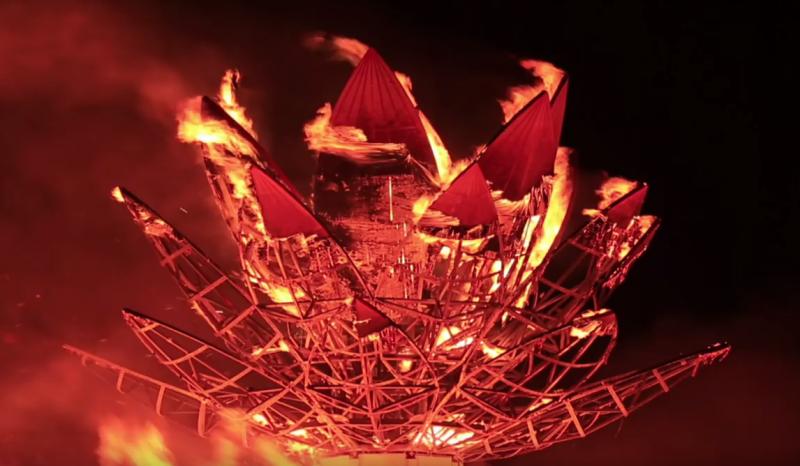 在火人祭中,他打從心裡升起一種興奮甚至是害怕的感受,那是一種挑戰極限的興奮感。(圖/擷取自Home Run Taiwan@youtube)
