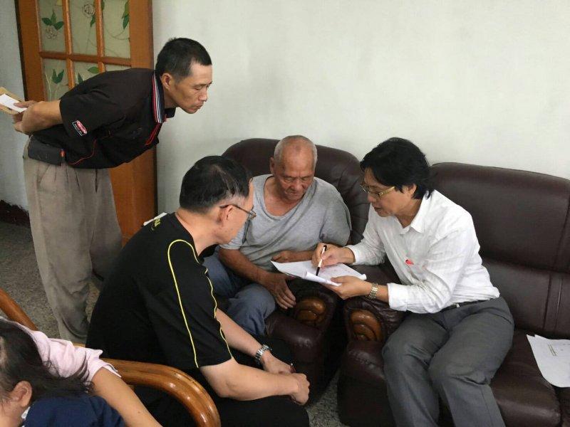 內政部長葉俊榮(右)今(11)日赴苗栗拜會屋主彭秀春等人,並承諾在明年底前「把房子蓋回來」。(內政部提供)