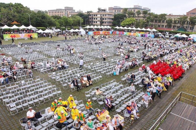 20161010-中華民國105年國慶大會由於現場飄起細雨,未結束前民眾已幾近離場。(顏麟宇攝)