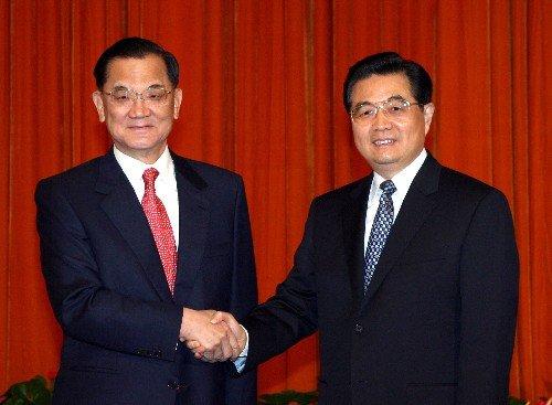 2005年國民黨主席連戰訪問中國,與中國國家主席胡錦濤會面。(取自網路)
