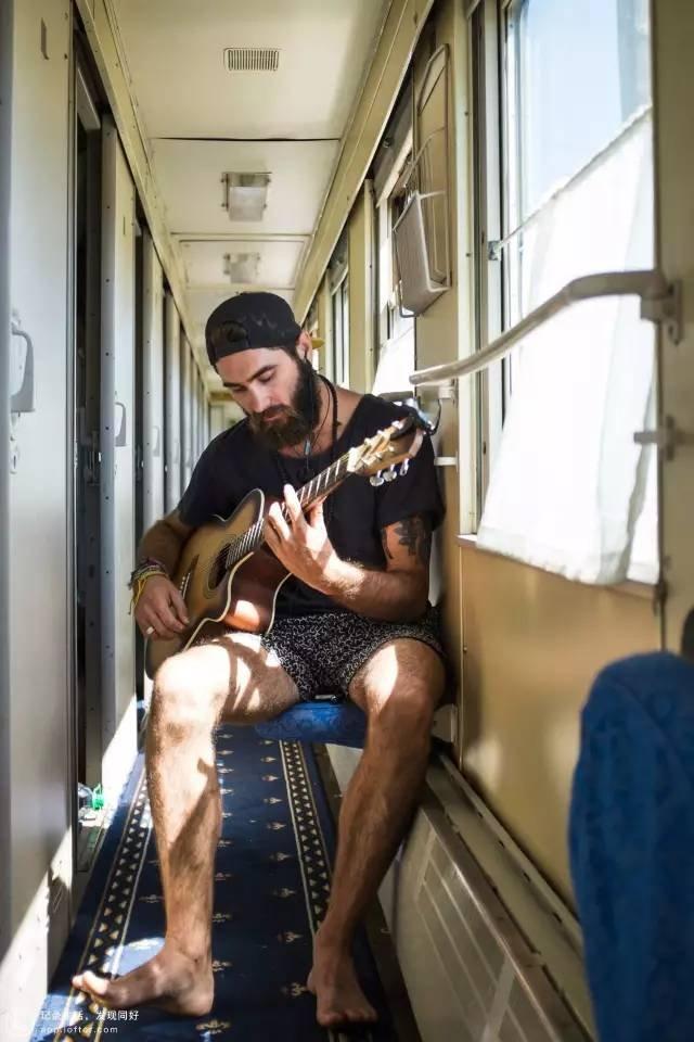 彈吉他的外國朋友。(圖/Klook提供)