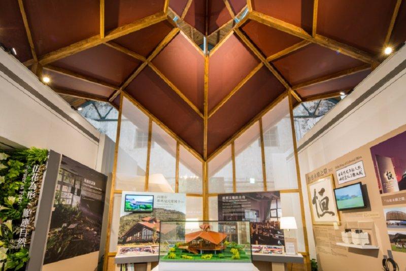 「綠築跡─台達綠建築展」中展示的那瑪夏民權國小模型,為優勝方案設計靈感來源之一。(圖/台達電子提供)