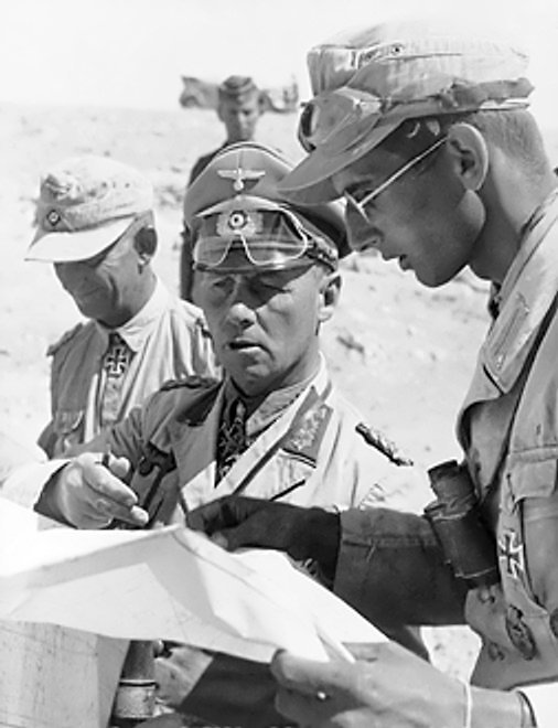 被升為一級上將的隆美爾在北非和下屬討論戰略。(Bundesarchiv, Bild @wikipedia/CC BY-SA 3.0)