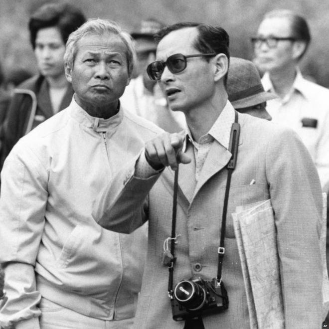泰王蒲美蓬與炳.廷素拉暖將軍(Prem Tinsulanonda,左),攝於1981年(AP)