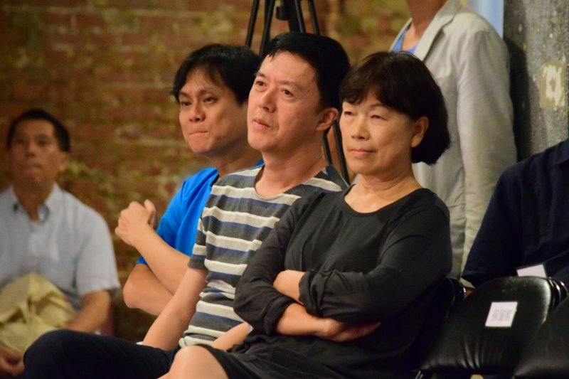 前文化部長龍應台(右)15日出席思沙龍「從美國關閉黃金窗口看失控的貨幣-當代人類生存的最大課題」座談。(陳伯聖攝)
