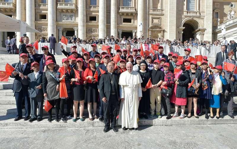 教宗方濟各(右)與中國蘇州教區主教徐宏根(左)及其率領的朝聖團合照。(美聯社)