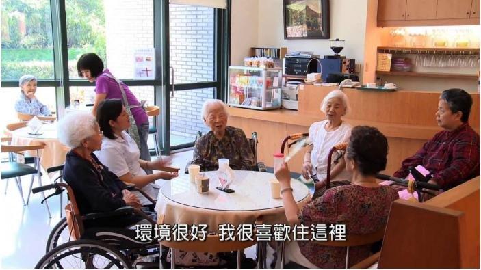 20161015-SMG0045-008-天如專題-失智老人機構式的照顧,環境也可以很溫馨,與蒼白的醫院完全不同。(衛福部次長呂寶靜提供).jpg