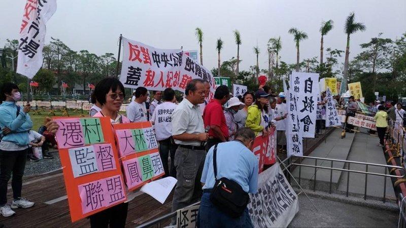 大林蒲居民17日到高雄市議會陳情,發起民間監督遷村聯盟。(攝影/黃義英,朱淑娟提供)