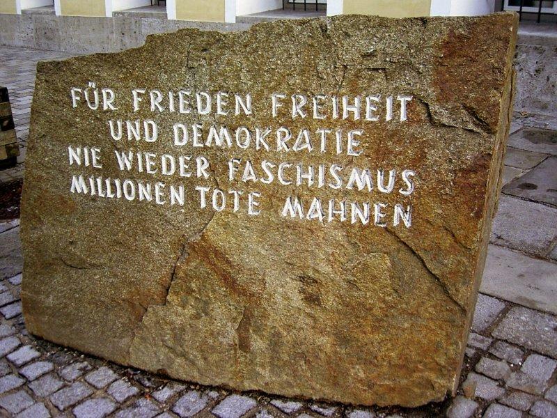 立於希特勒出生居所前的石碑,寫著「百萬死者告誡我們,為了和平、自由與民主,永不再有法西斯主義。」(圖/Jo_Oh@wikipedia/CCBYSA3.0)