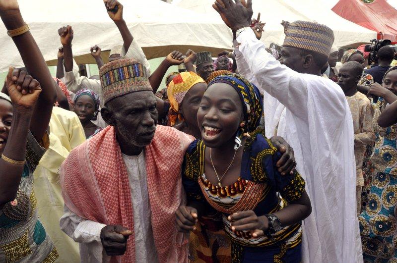 獲釋女孩的家屬手舞足蹈慶祝。(美聯社)