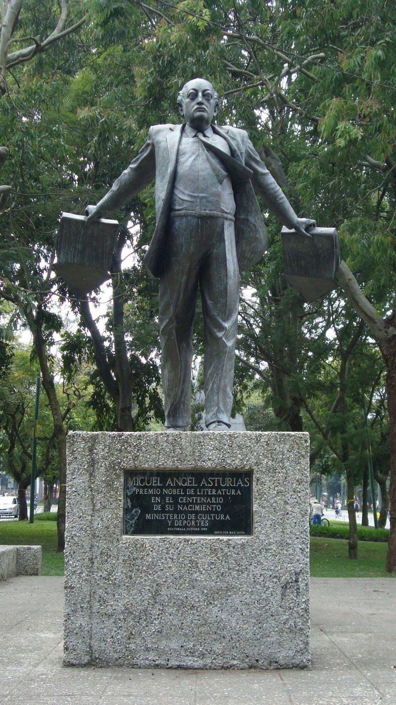 瓜地馬拉首都的米格爾.安赫爾.阿斯圖里亞斯(Miguel Ángel Asturias)雕像(Wikipedia/Public Domain)