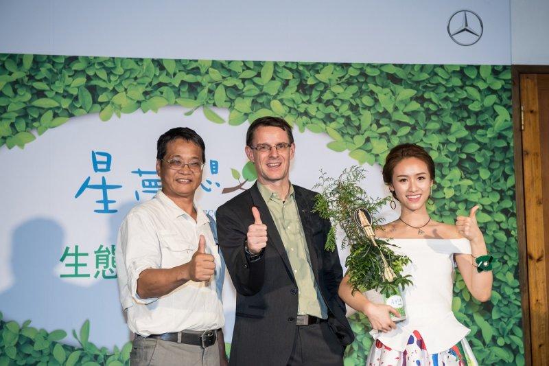 楊文德博士、台灣賓士總裁邁爾肯致贈台灣紅檜給吳姍儒,以紅檜諧音祝福吳姍儒節目收視持續長「紅」、「膾」炙人口。(圖/台灣賓士提供)
