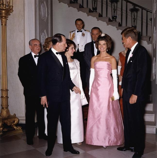 賈桂琳的服裝品味成為當時女性的模仿對象。(wikipedia/public domain)