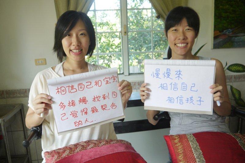 助產師姊妹高嘉黛(左)和高嘉霙是影片主要人物,她們互相為對方接生孩子。(圖/想想論壇提供)