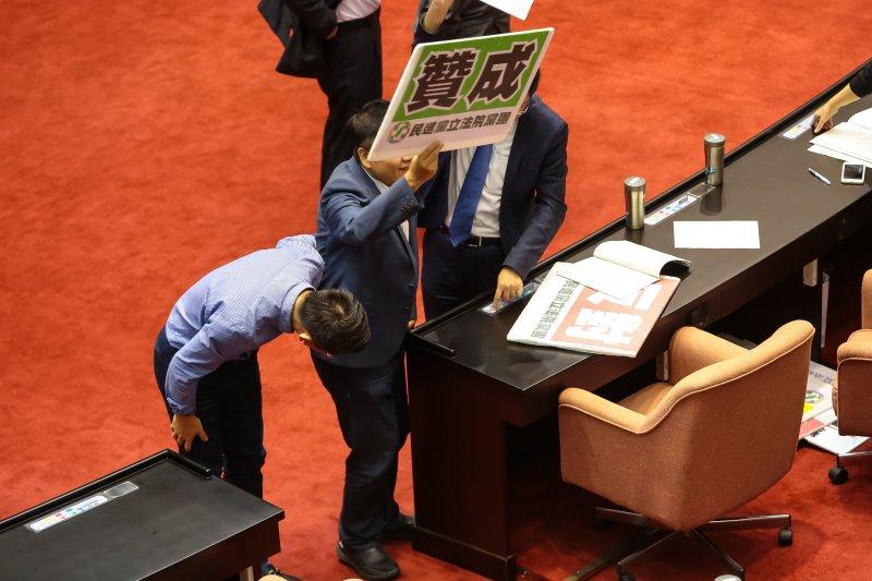 20161021-時代力量立委徐永明21日於立院議場內,鞠躬感謝民進黨團支持時代力量提案。(顏麟宇攝)