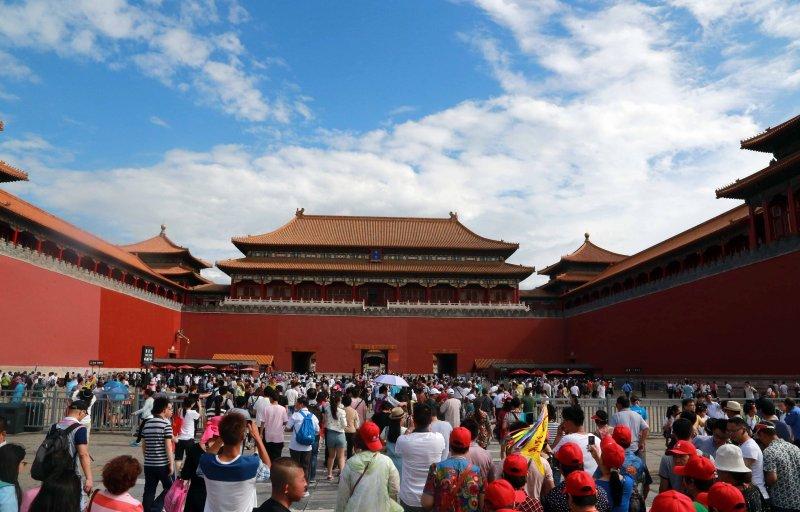 北京故宮試行每日限流8萬人次,遊客在故宮午門外等候參觀。(新華社)