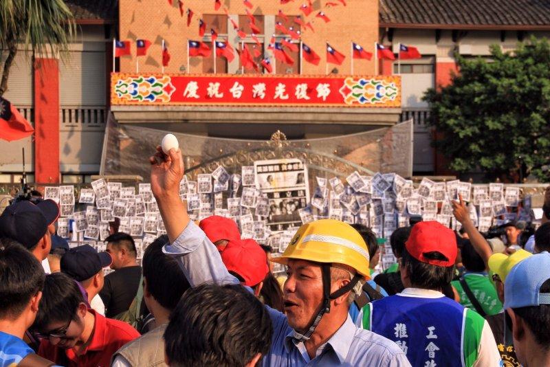 2016-10-25-勞團立法院外抗議砍7天假-勞基法-砸雞蛋抗議-曾原信攝
