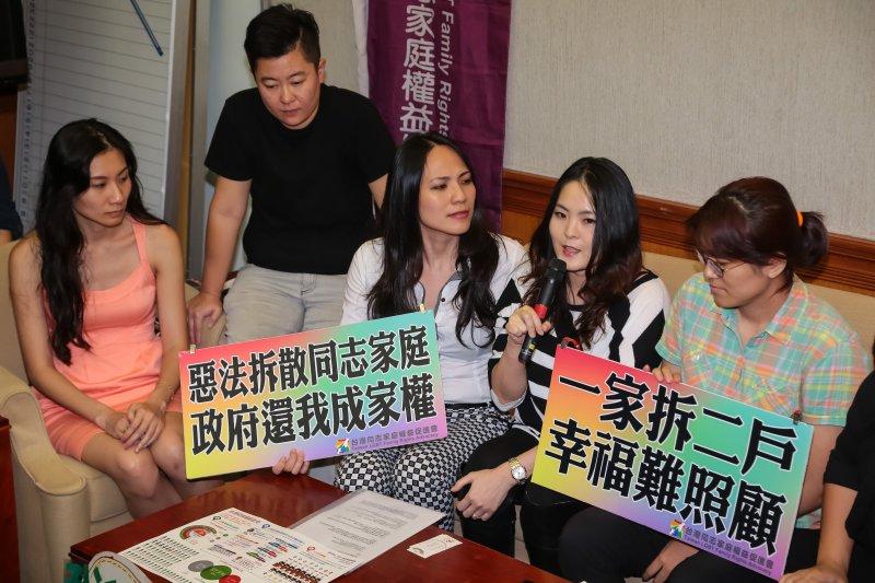20161026-台灣同志諮詢熱線協會資深研究員呂欣潔26日於立院召開「同志家庭不能等,婚姻平權要全面」記者會,並要請同志家庭代表於現場出席。(顏麟宇攝)