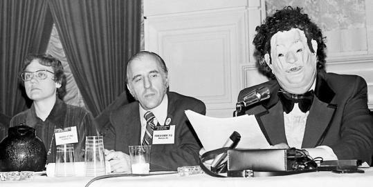 1972年APA年度會議,美國資深同運人士Barbara Gittings和Frank Kameny,邀請 John Fryer醫師以匿名同性戀醫師的身分,向學會施壓要求將同性戀由精神疾病中除名,並於1973年投票通過(取自台灣守護家庭)