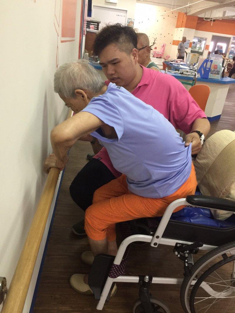天如專題05-陳聖儒說,為了提升長者的自主能力及生活品質,他配合日照中心推動尿布減量,盡量協助長者到自行到廁所如廁。(樹河社福基金會提供)